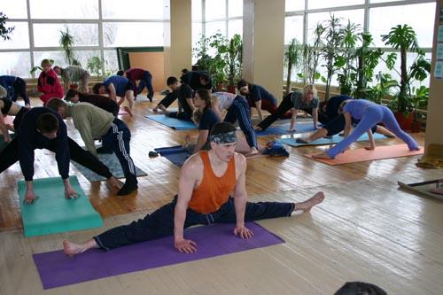 Занятие по аштанга-йоге в Одессе по руководством Александра Гортовлюка. Февраль 2004г. Фото восьмое
